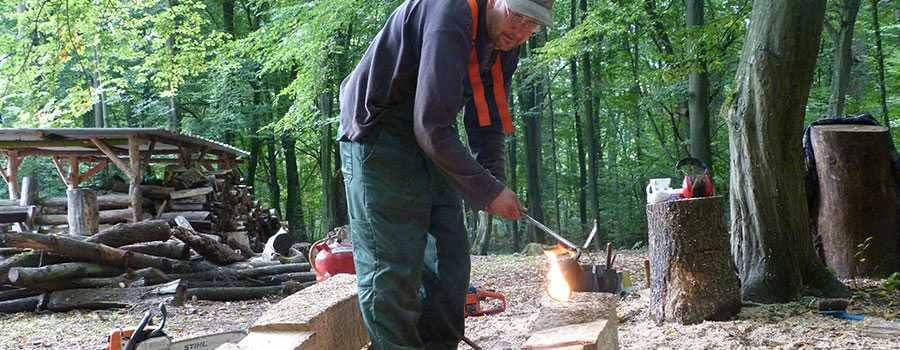 Bei der Arbeit am Holzobjekt