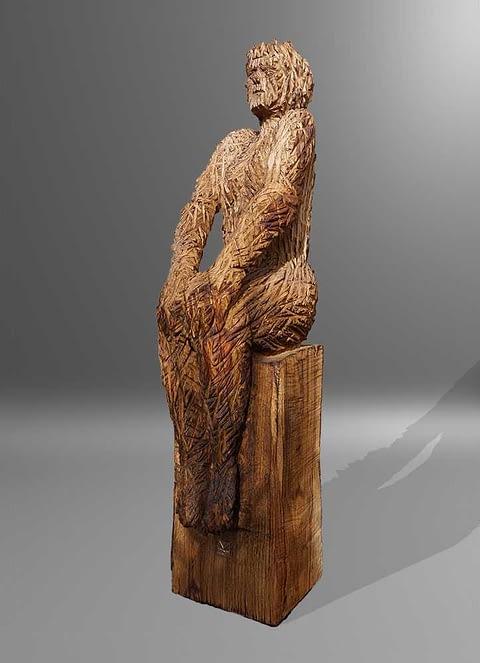 Kettensägearbeiten Holzskulpturen sitzende Frau