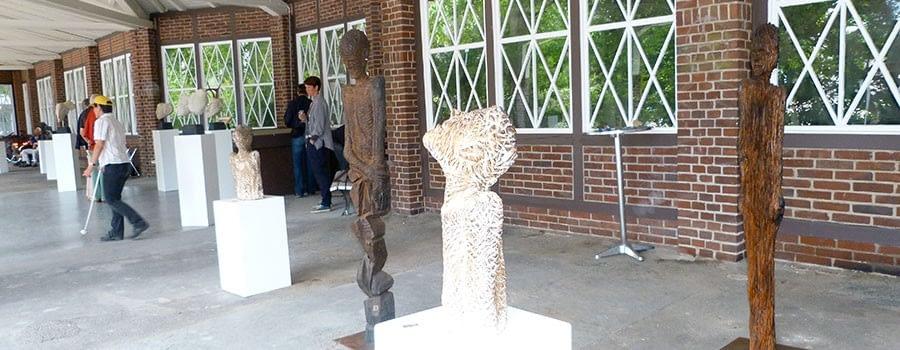 Wächterskulpturen aus Holz