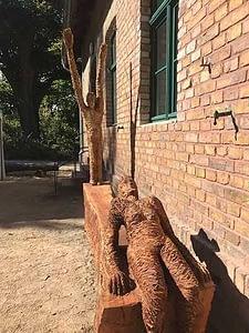 Aufstellen der Sitzskulptur für den Kunstverein in Kleinmachnow
