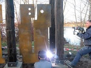 Montagearbeiten an der Holzskulptur
