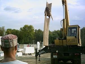 Standfestigkeit der Holzskulptur prüfen