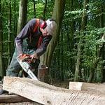 Bei der Arbeit an der Skulptur aus Holz